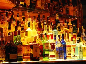 botellas en un bar