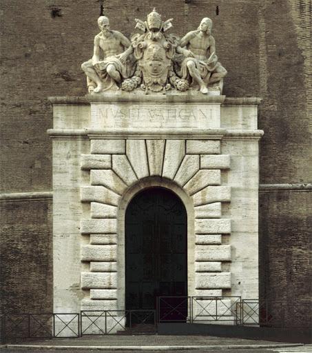 Ingresso monumentale dei Musei Vaticani sulla città di Roma, 1932 Portale con cornice in bugnato, stemma di Papa Pio XI (1922-1939) Statue rappresentanti Michelangelo Buonarroti (a sinistra) e Raffaello Sanzio (a destra)