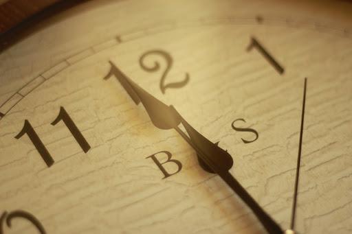 Reloj marcando las doce