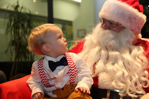 Santa Claus con un niño en brazos