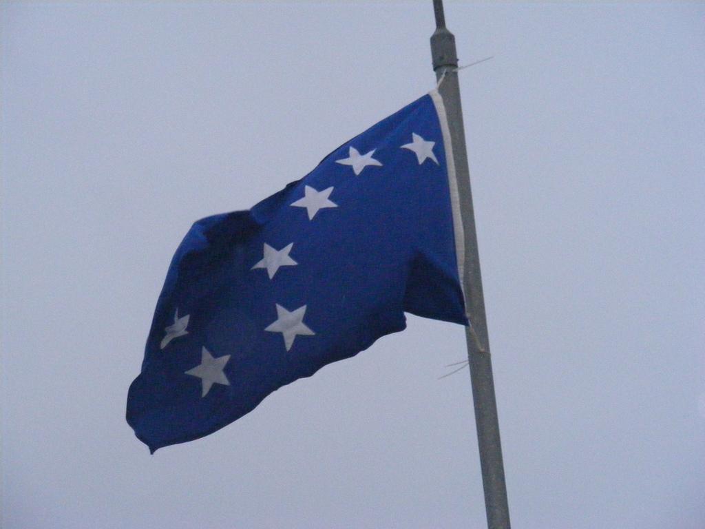 """El llamado """"azul de San Patricio"""" aún puede verse en algunas antiguas banderas irlandesas, lo mismo que en cintas y banderas de la Armada Ciudadana Irlandesa"""