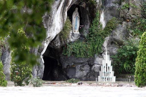 Gruta donde apareció la Virgen María