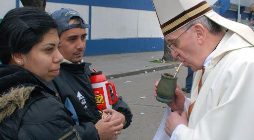 El cardenal Bergoglio, actual papa Francisco, toma mate con fieles de Buenos Aires, en 2009