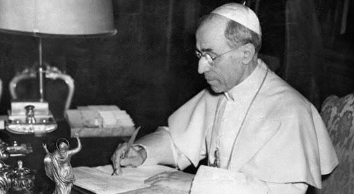 13 noviembre 1950. – El venerable Pío XII firma la bula de proclamación del dogma de la Asunción de la Virgen María en su estudio privado del Palacio Apostólico
