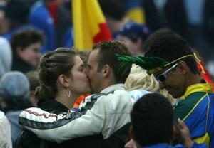 Jovenes se besan durante la jmj de Colonia (2005)