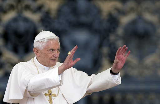 El Papa Benedicto XVI saluda