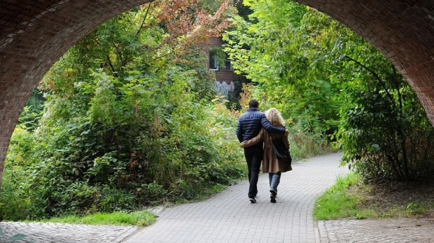 pareja paseando debajo un puente