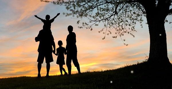 familia y atardecer al aire libre
