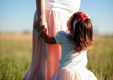 mujer embaraza con niña