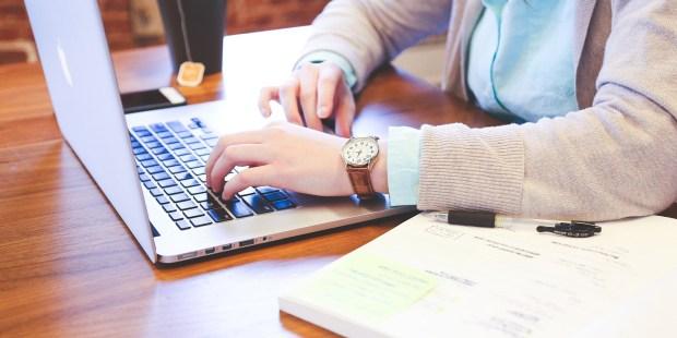 estudiante en la computadora