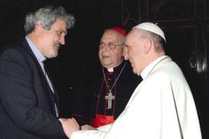 El Papa Francisco y el padre Peter Balleis sj., director internacional del Servicio Jesuita a Refugiados.