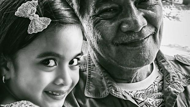 niña y anciano