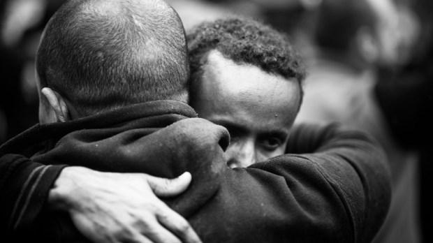 Hombres abrazados