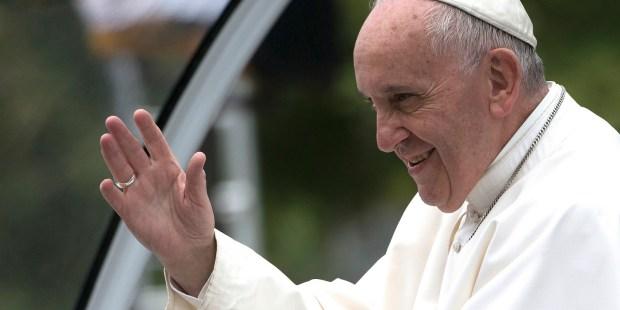 papa Francisco bendiciendo