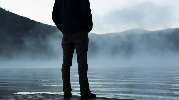 hombre solitario mirando las montañas