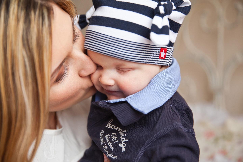 madre besando su bebé