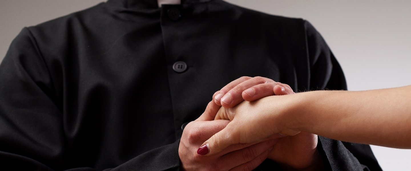 HERO-PRIEST-LOVE-WOMAN-HANDS-shutterstock_Photographee eu