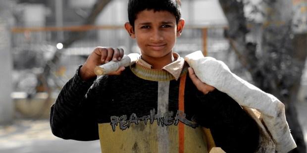 niño árabe pobre