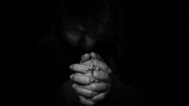 hombre rezando el rosario