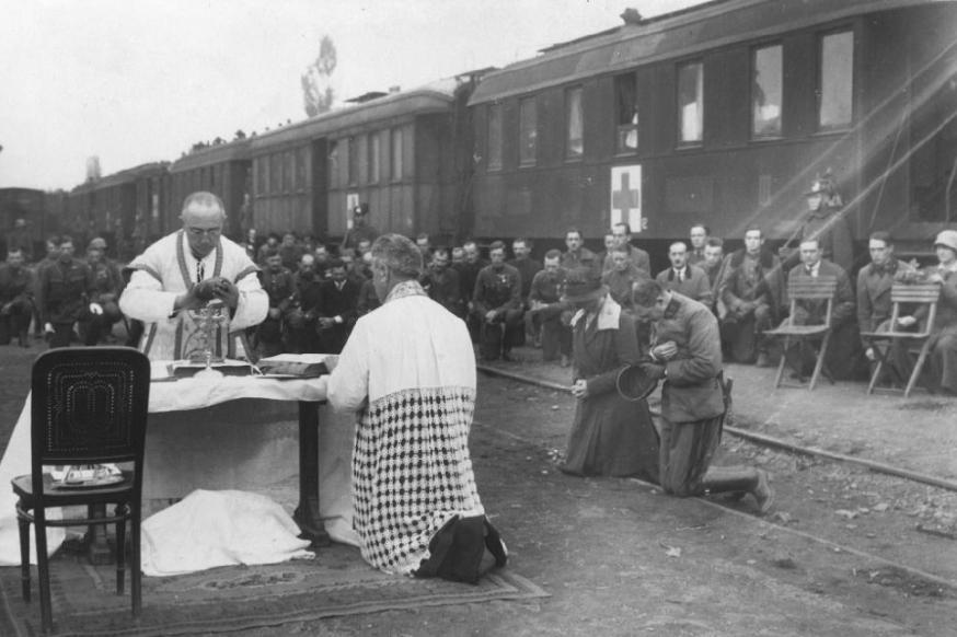 Carlos de Austria y su mujer en una misa diaria durante el segundo intento de restauración en Hungría el 1921