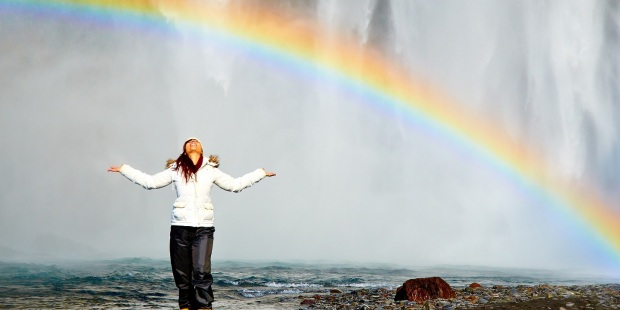 mujer y arco iris