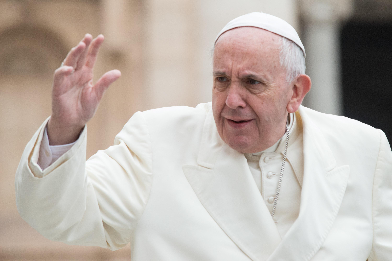 El papa hace caras saludando cariñosamente a los peregrinos, especialmente a los niños