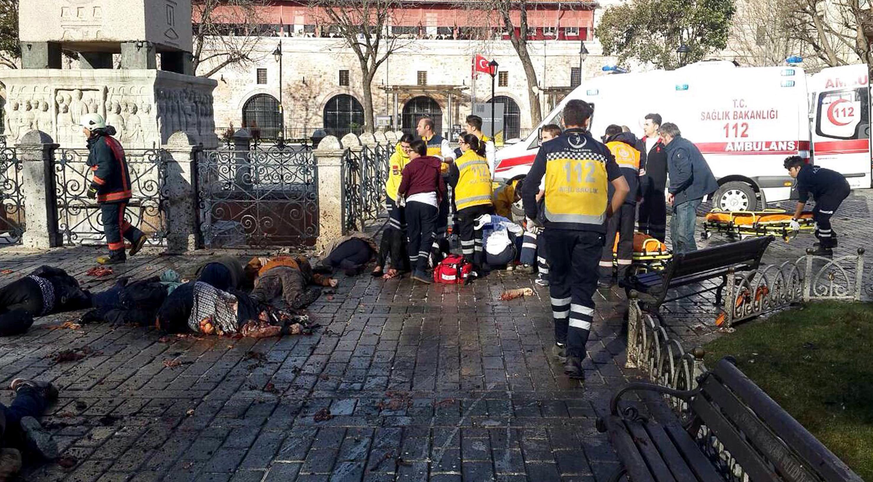 Equipos de emergencia junto a las víctimas tras la explosión junto a la Mezquita Azul de Estambul