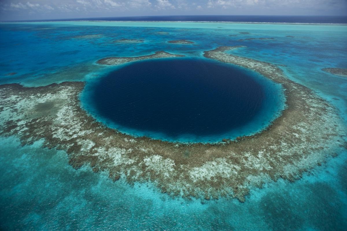 El Gran Agujero Azul, profundo más de 120 metros y amplio más de 300, es el techo colapsado de un sistema de cuevas submarinas cerca de Lighthouse Reef.