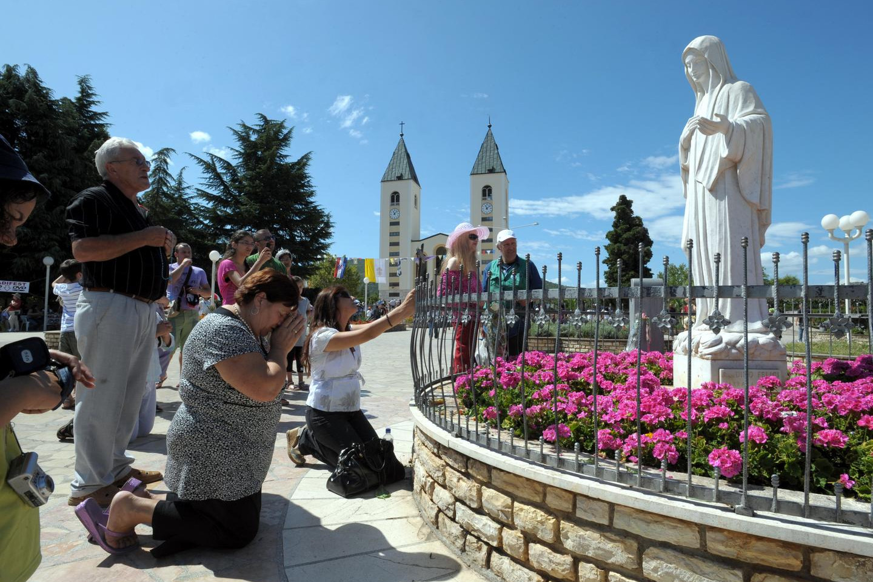 WEB-MEDJUGORJE, BOSNIA AND HERZEGOVINA-PILGRIM-SANCTUARY-shutterstock_139935982-bibiphoto-AI