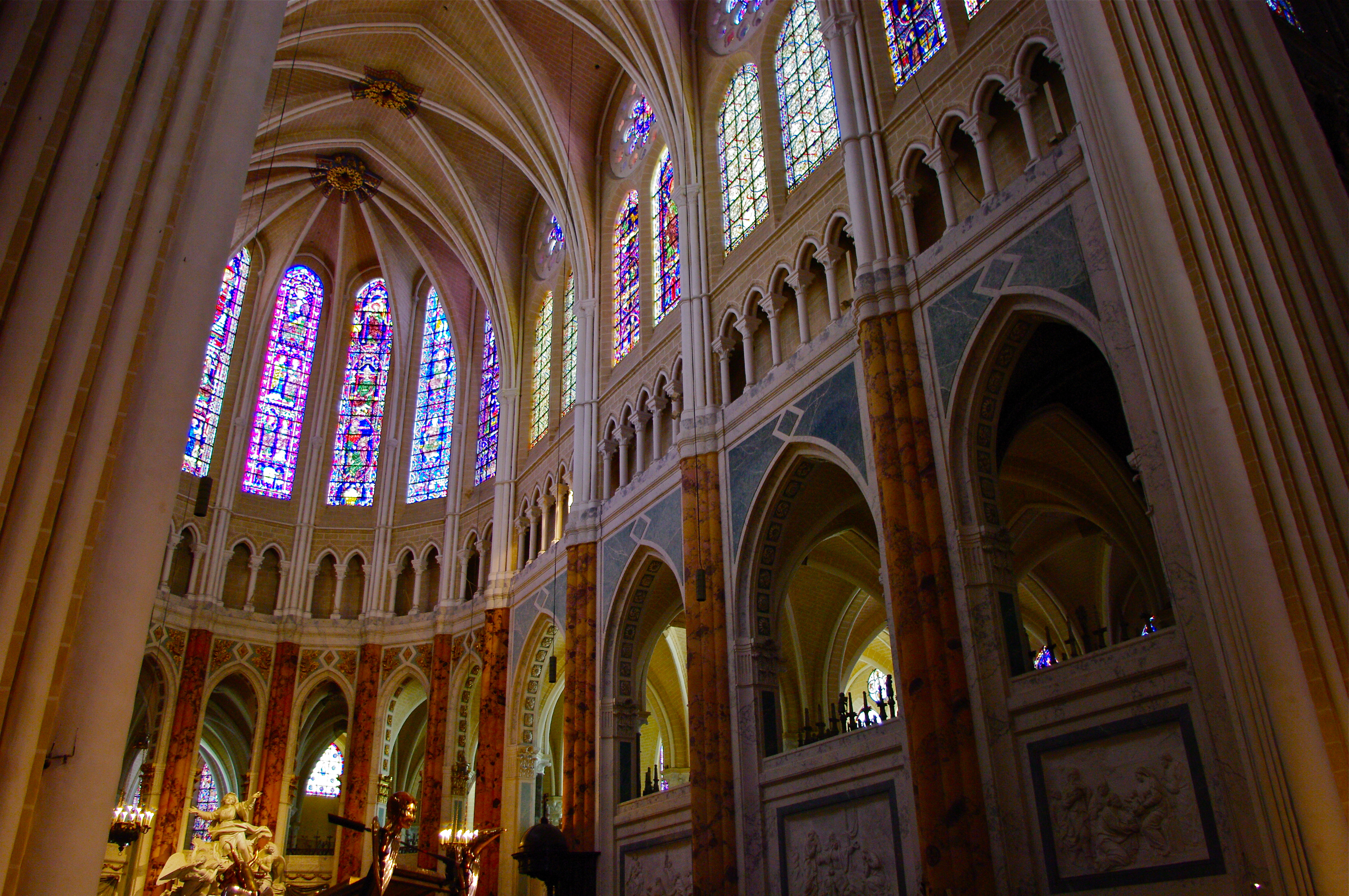 Es difícil decidir cuál de las maravillas de Chartres es más imponente. Para algunos, son sus vitrales, casi todos ellos originales del siglo XIII. Para otros, la reliquia de la Santa Camisa, el velo de la Virgen María, que la catedral atesora desde el siglo IX.