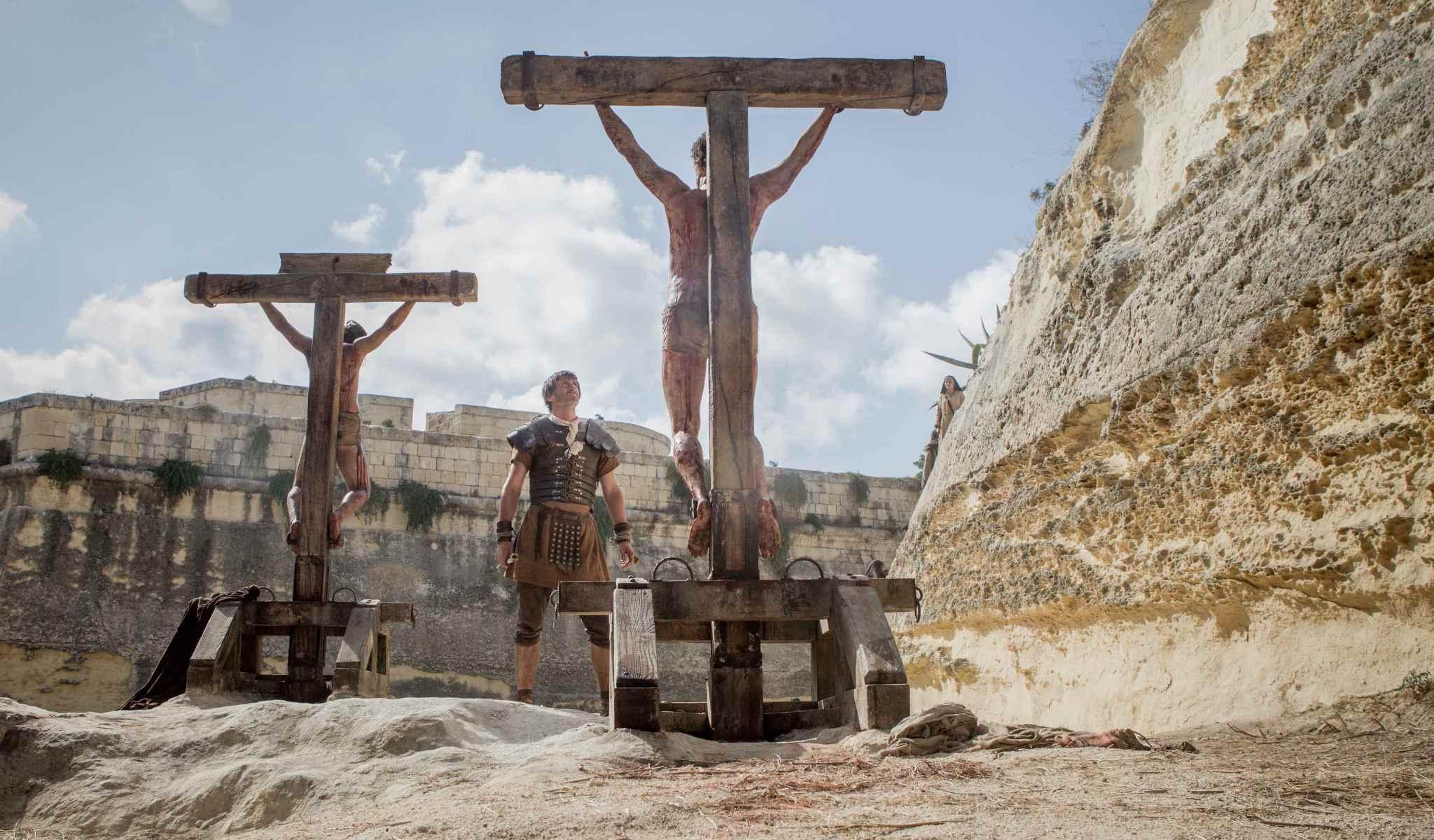 Jesus crucificado con otros convictos,  en RISEN, de Columbia Pictures, próximo estreno 19 febrero 2016.
