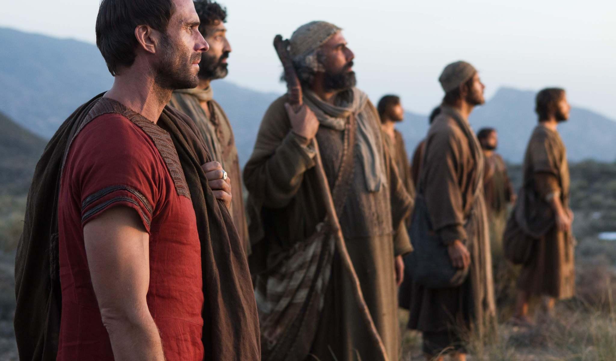 Clavius (Joseph Fiennes) con los discípulos de Jesús, son testigos de un milagro. Risen - Columbia Pictures