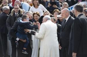 El Papa se detiene a saludar a un niño con síndrome de down