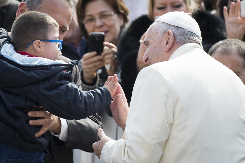 !Finalmente un choque de manos con el Papa!