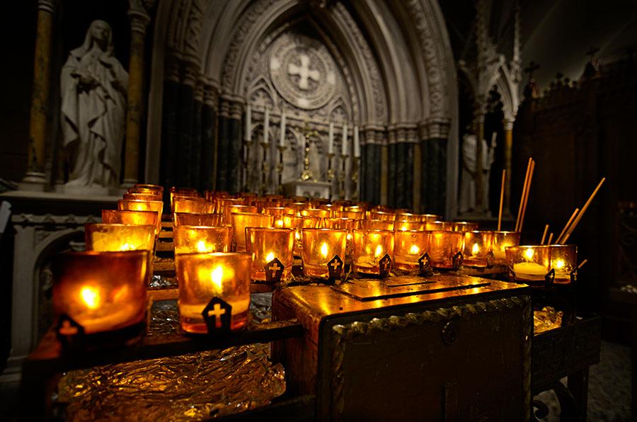 Una de las capillas laterales de San Patricio alberga una reliquia de Santa Teresita de Lisieux.