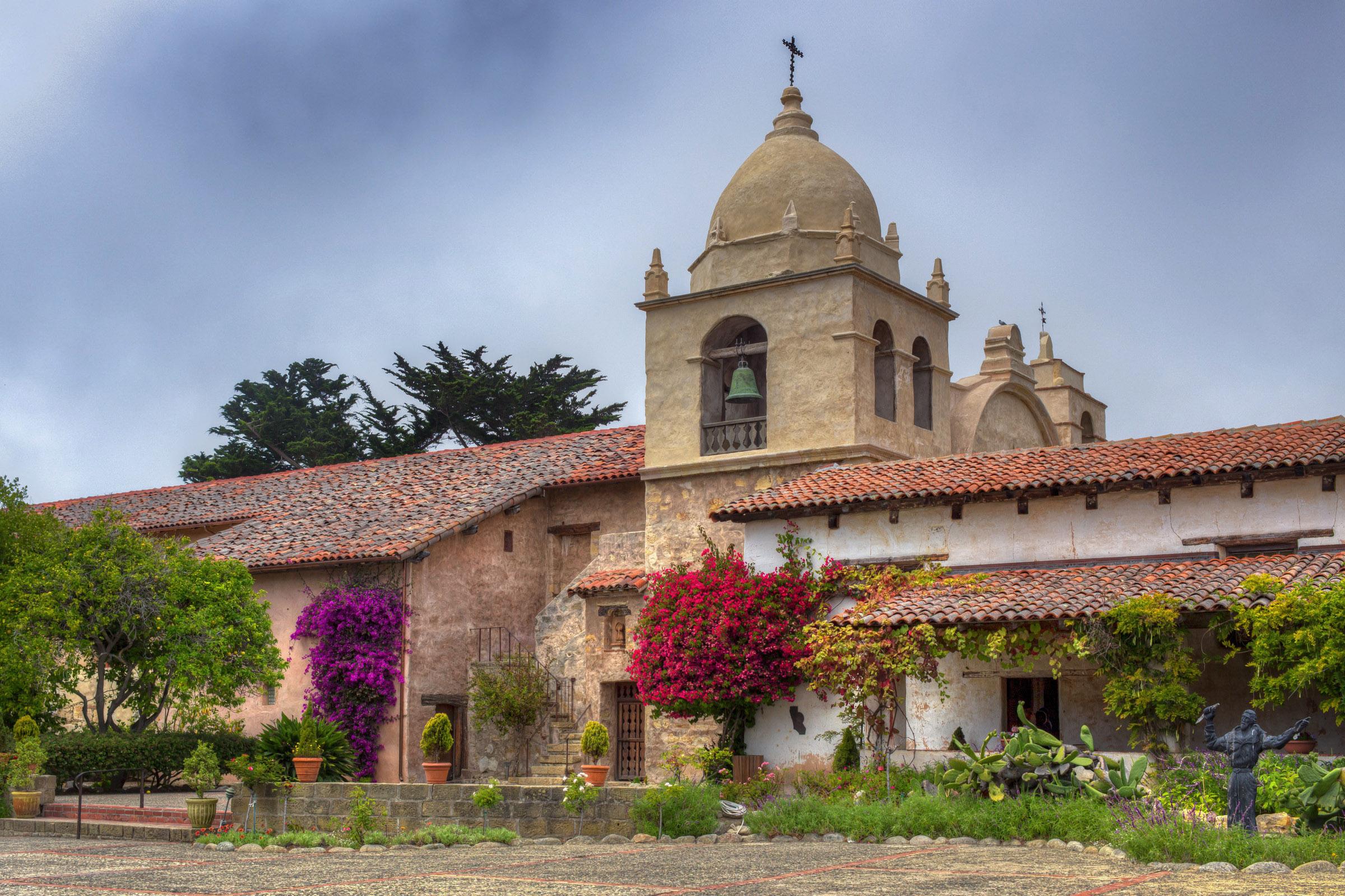 WEB-CALIFORNIA-MISSION-CARMEL-BORROMEO-Shutterstock_153379976- Ken Wolter-AI