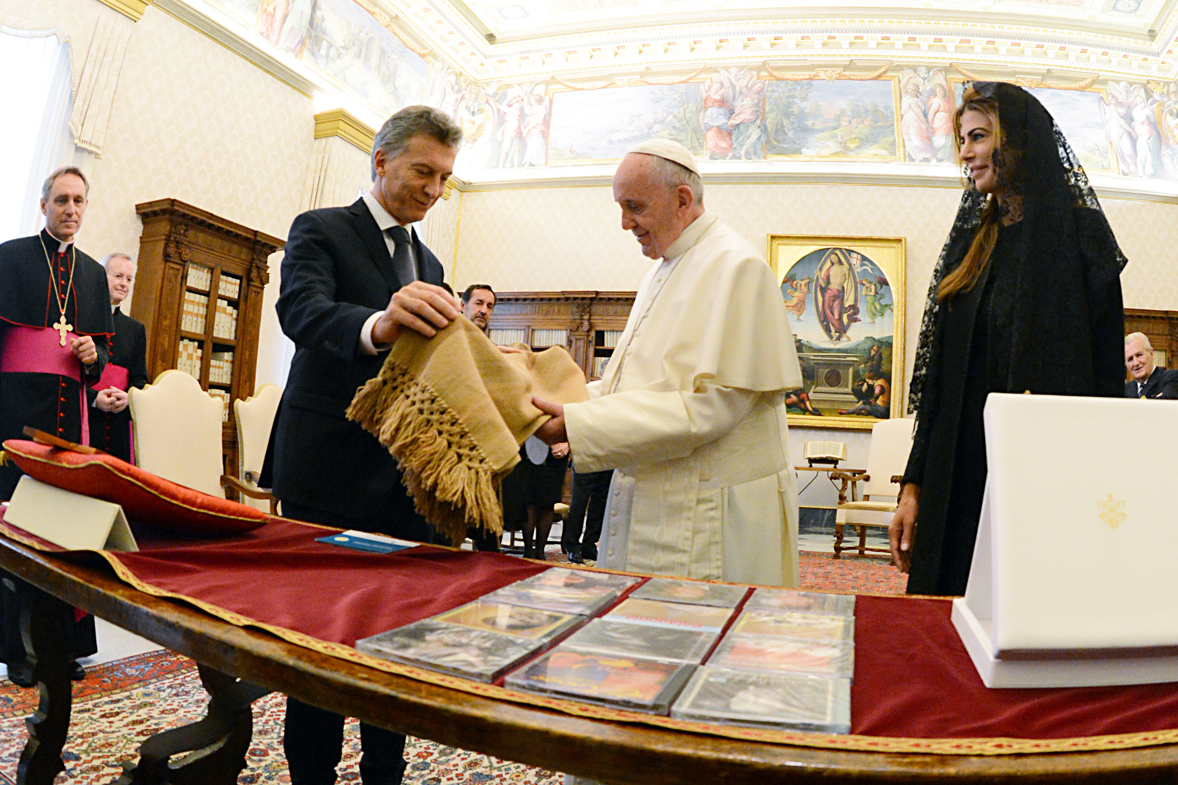 WEB-POPE FRANCIS-AUDIENCE-ARGENTINA-PRESIDENT-MACRI-WIFE-GIFTS-casarosada_gob_ar