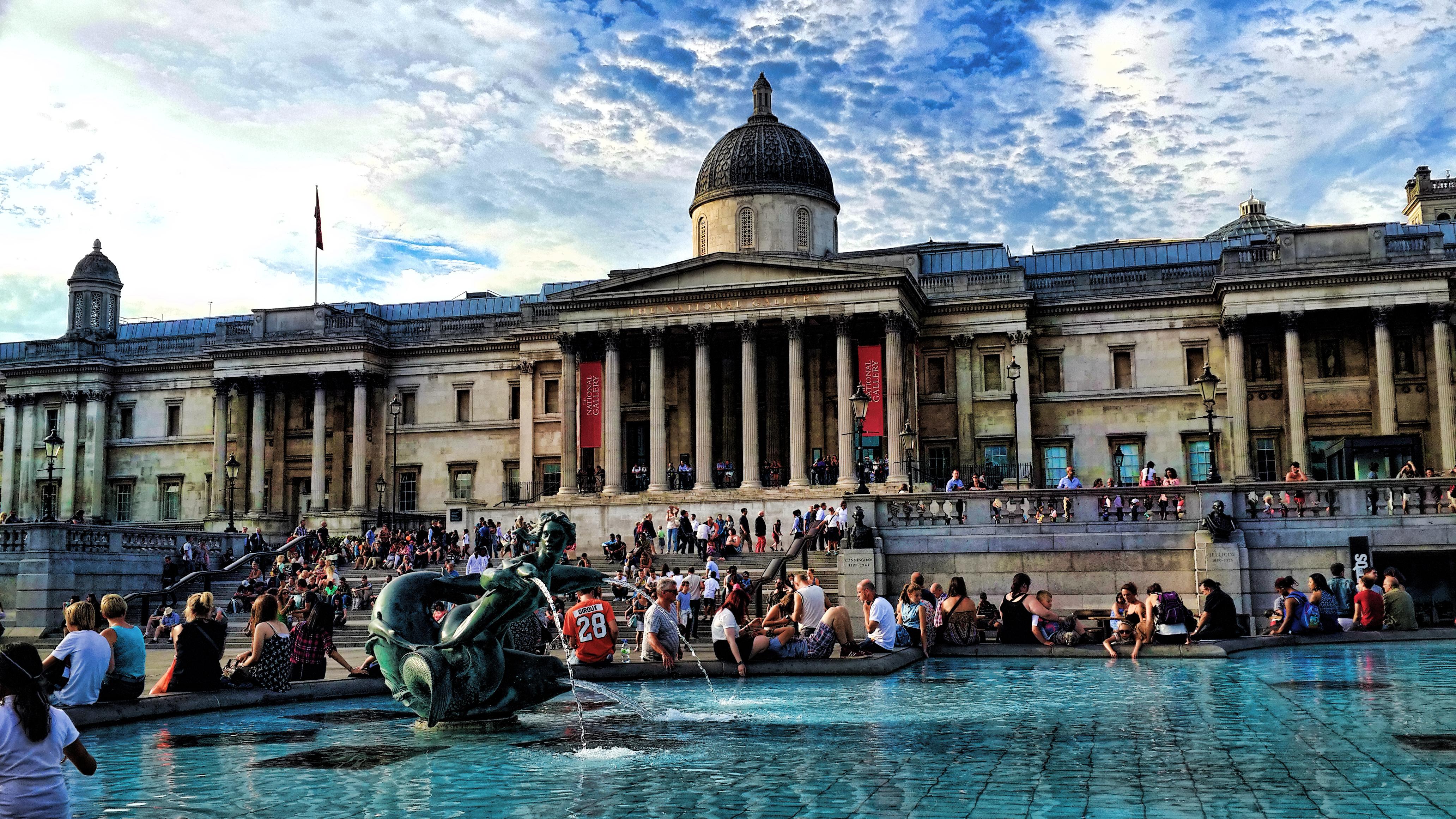 La Galería Nacional, en Londres, vista desde Trafalgar Square. Imagen via Mariano Mantel, Flickr.