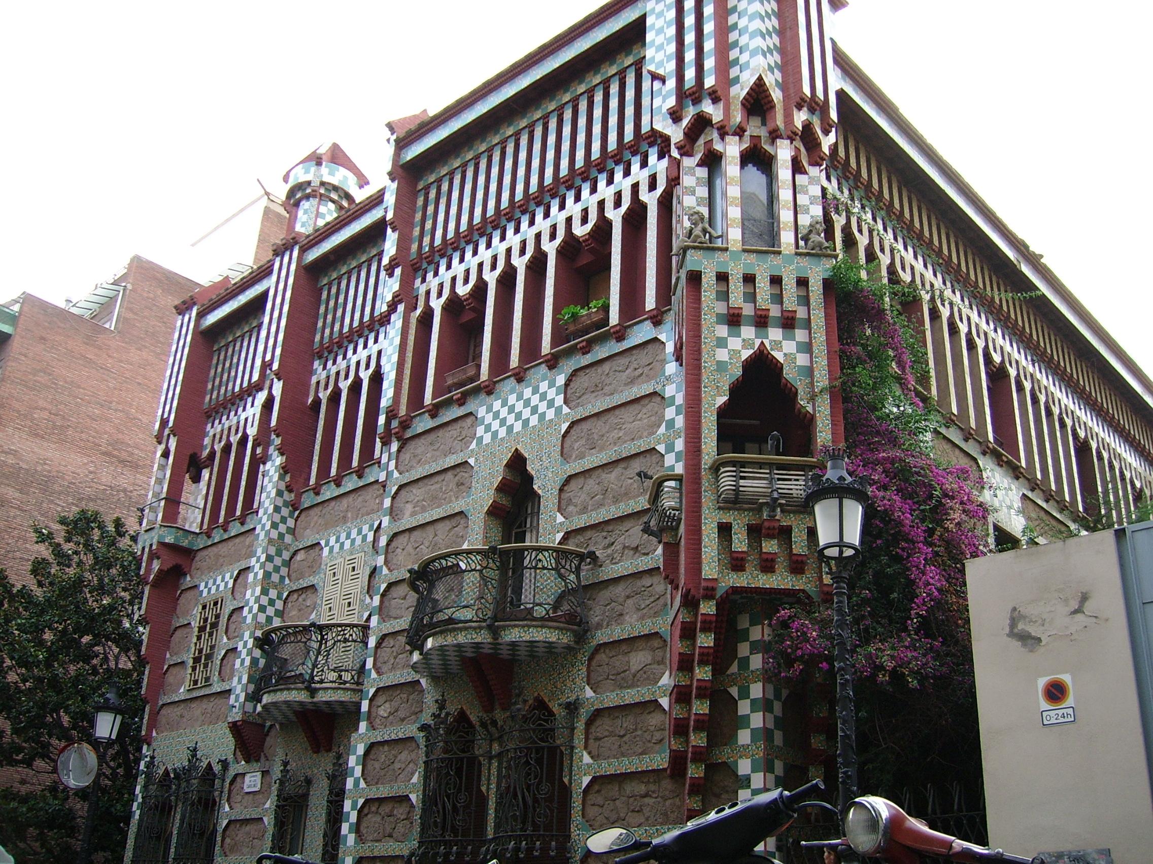 Los balcones y marcos de las ventanas, de clara influencia mudéjar, otorgan movimiento a la fachada externa del edificio. Imagen via CHIcCHE, Flickr.