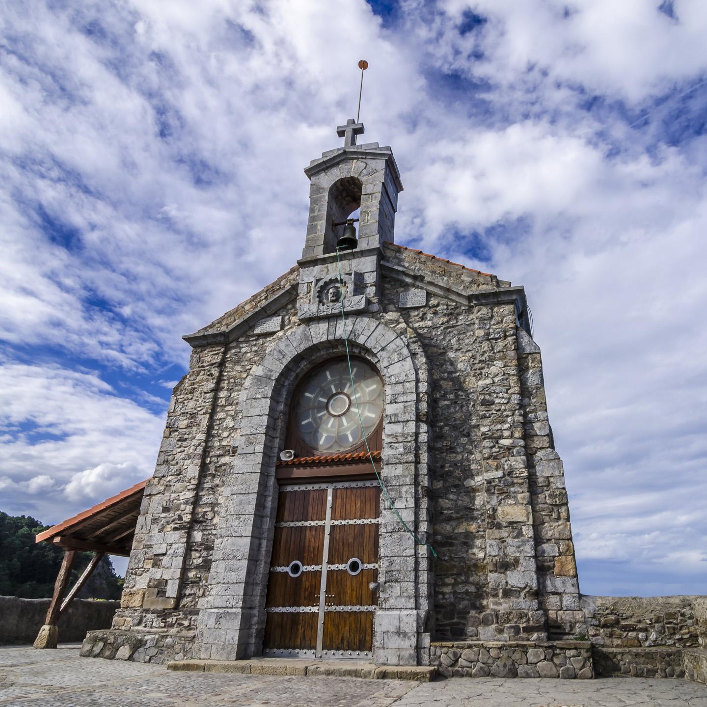 La ermita está dedicada a San Juan Bautista, de quien la isla recibe el nombre.
