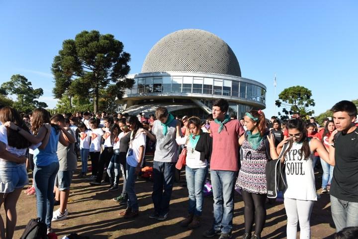 Miles de jóvenes participaron en la Jornada rezando y cantando.