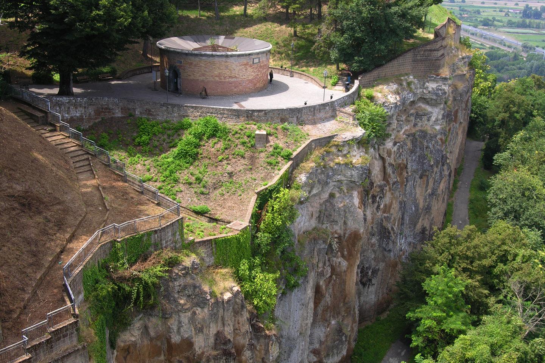 """En un principio, esta sorprendente pieza de arquitectura se llamaba, simplemente, """"Pozzo della Rocca"""", el """"pozo de la piedra"""", o """"el pozo de la fortaleza"""", pues está a muy poca distancia de la Fortaleza de Albornoz"""