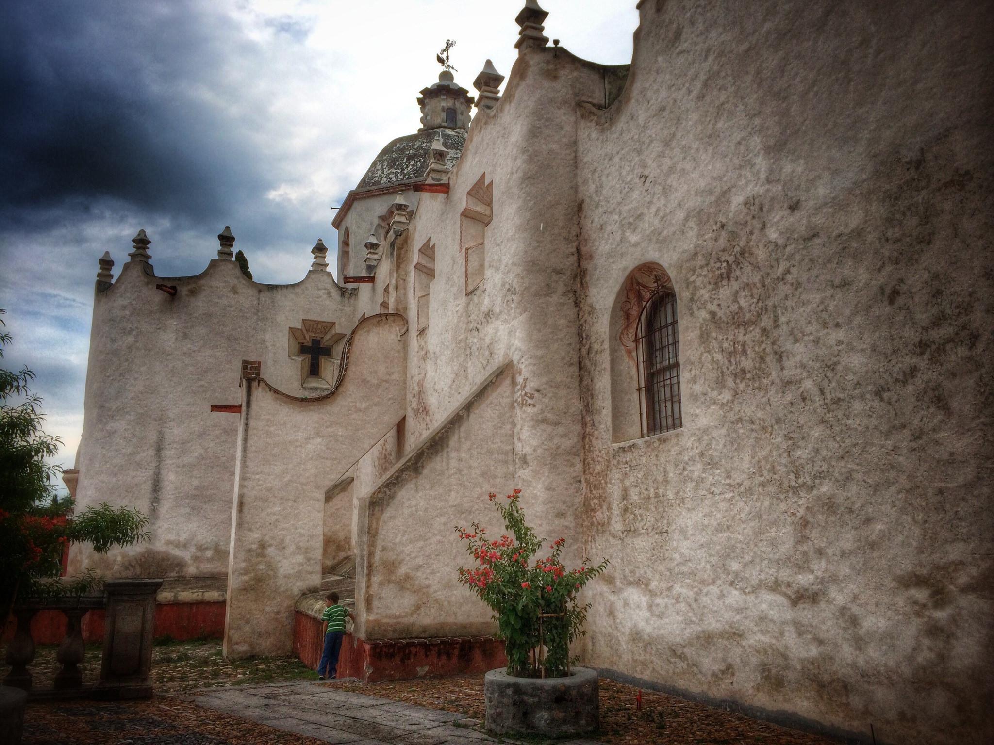 La sobriedad de las murallas del Santuario contrastan con la abundancia pictórica de su interior