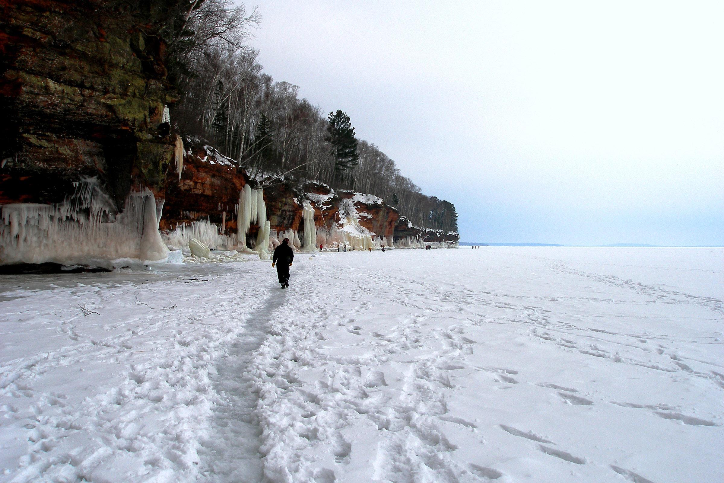 Durante el invierno, cuando el lago se congela, las cuevas se convierten en un espectáculo digno de contemplar, y los visitantes pueden caminar desde la orilla.