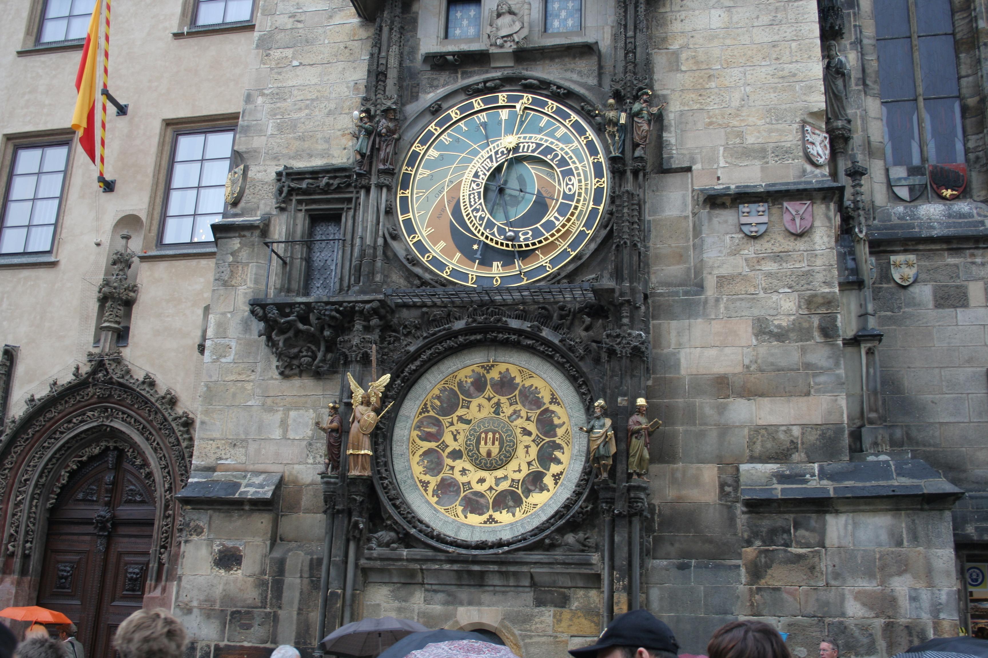 La autoría del reloj se ha atribuido a un viejo maestro relojero de nombre Mikulas.