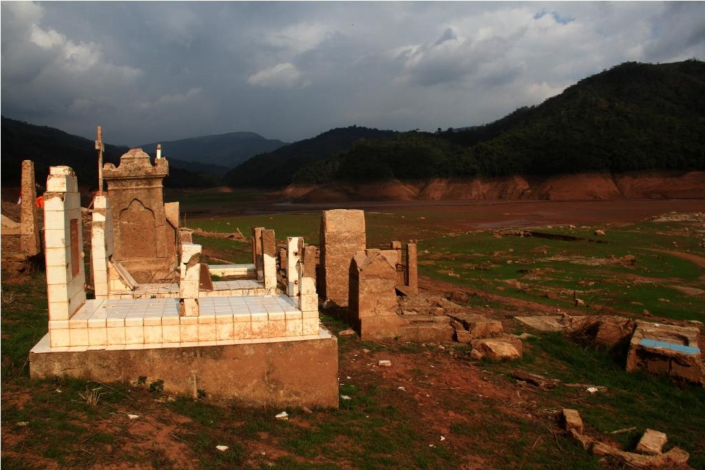 Algunas lápidas en el cementerio de Potosí aún son legibles