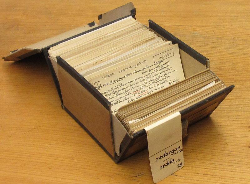 """El gobierno alemán otorgó esta misión a un grupo de expertos en 1894, y esta primera generación llenó infinidad de cajas con miles de láminas y recortes de papel: referencias extraídas de fragmentos de poesía, discursos, textos legales, referencias culinarias, lápidas, placas de calle y más. En este diccionario, cada palabra tiene al menos una caja llena de referencias; Para la palabra """"res"""", que significa """"cosa"""", hay 16. Foto cortesía de Nigel Holmes para NPR."""