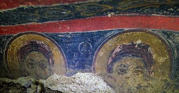 Al estar la iglesia llena de tierra, varias partes de los frescos, que se habían despegado de las paredes han tenido que ser buscados uno a uno.