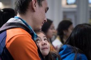 padre e hija en la iglesia