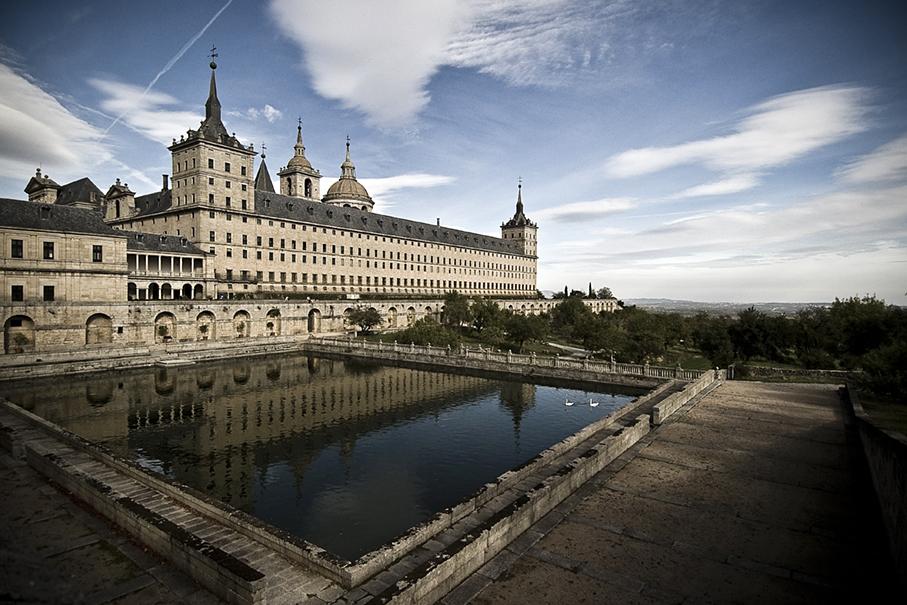 el Monasterio de San Lorenzo de El Escorial, considerado como la octava maravilla del mundo desde el siglo XVI, fue mandado a construir en 1563 por Felipe II, hijo del Emperador Carlos V.
